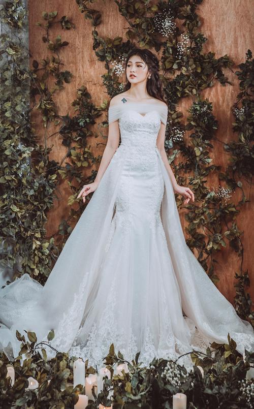 Váy được đính thêm tà phụ ở eotạo độ nhịp nhàng trong từng bước đi của cô dâu.