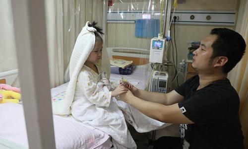 """Bố """"cưới"""" con gái 4 tuổi bị bệnh bạch cầu trong bệnh viện"""