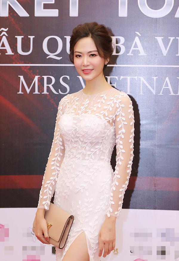 Hoa hậu Thu Thuỷ chọn váy đuôi đá có chi tiết xẻ chân táo bạo, tôn lên đường cong gợi cảm của tuổi 43.