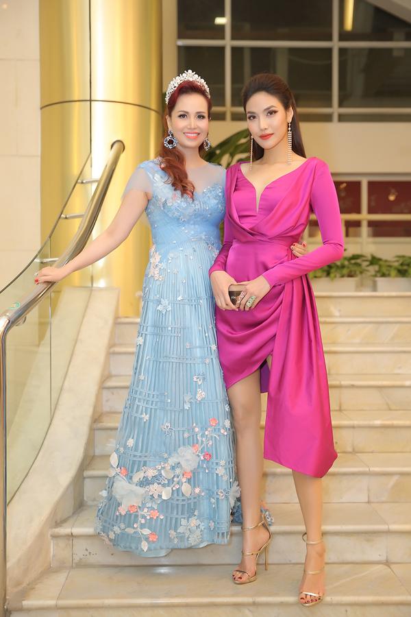 Lan Khuê khoe vóc dáng thon thả bên Hoa hậu Diệu Hoa. Cả hai đều là giám khảo của đêm thi.