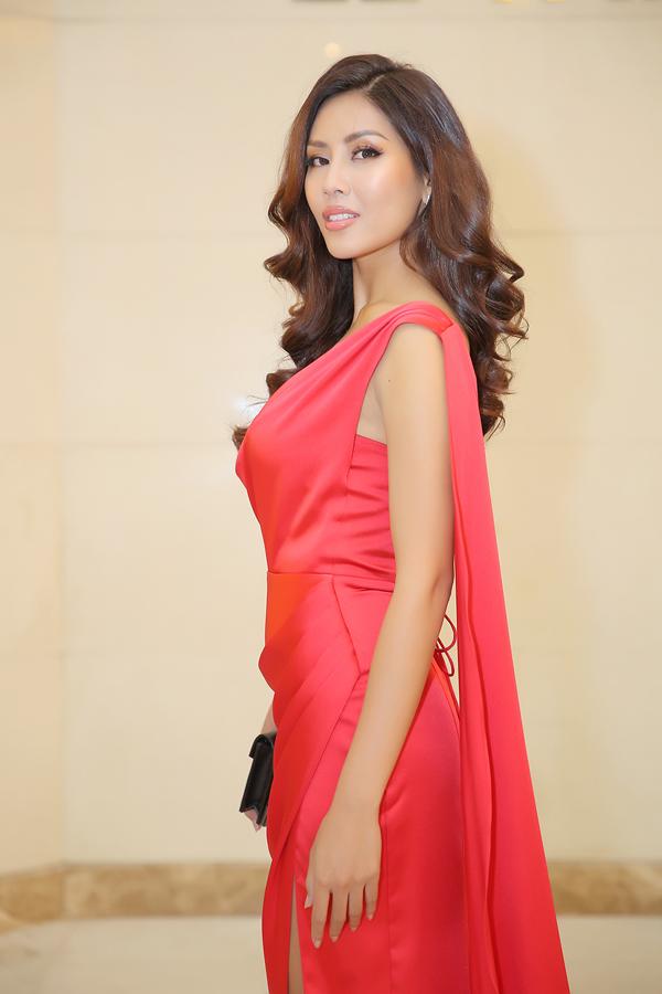 Á hậu Nguyễn Thị Loan chọn trang phục đỏ rực của NTK Audrey Hiếu Nguyễn.