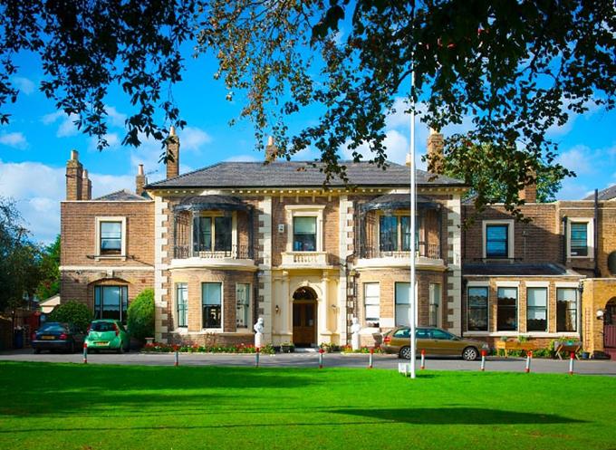 Brinsworth House là viện dưỡng lão được sở hữu và quản lý bởi tổ chức từ thiện hoàng gia Royal Variety, có sữ chứa 36 người và tất cả đều là những ngôi sao giải trí nghỉ hưu. Chuyến thăm của Meghan tới đây còn giúp cô tìm hiểu thêm về tổ chức từ thiện hoàng gia sau chuyến công du cùng Hoàng tử Harry vào tháng 10.