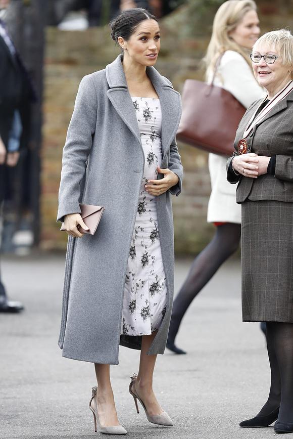 Bà bầu hoàng gia tỏ ra vô tư khi gặp gỡ, trò chuyện với những cựu nghệ sĩ của ngành giải trí - cư dân của viện dưỡng lão.