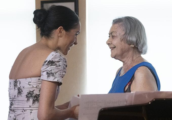 Ngoài ra, Meghan còn tới phòng ăn để nghe một nghệ sĩ già biểu diễn đàn piano.