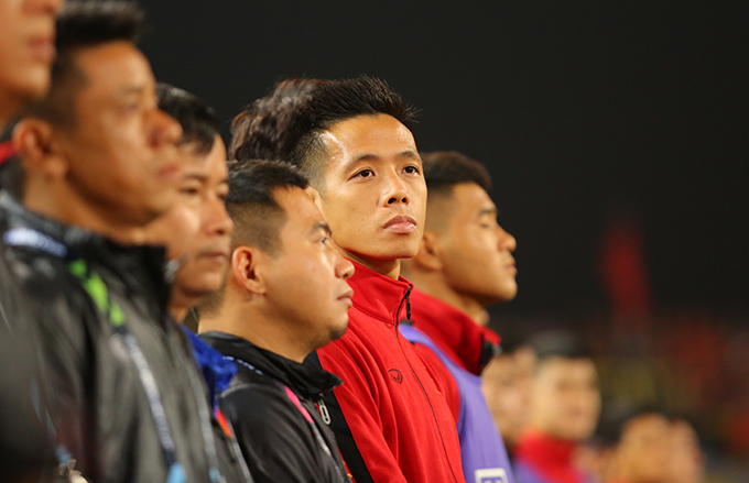 Văn Quyết đứng cùng ban huấn luyện và các cầu thủ dự bị tuyển Việt Nam trong trận chung kết lượt về AFF Cup 2018. Ảnh: Đương Phạm.