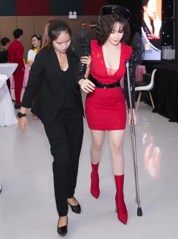 Nhật Kim Anh chống nạng, được một trợ lý dìu ra sân khấu.