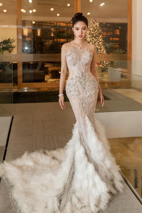Hoa hậu Jolie Nguyễn chọn dáng váy đuôi cá để tạo đường cong ấn tượng.