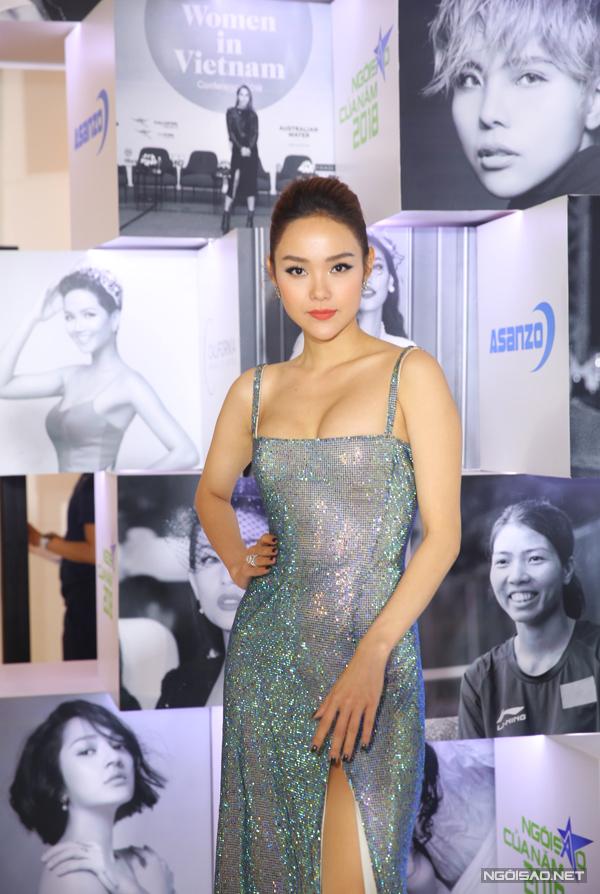 Trang phục chất liệu bắt sáng chuyển màu là chìa khóa đem lại sức hút cho ca sĩ Minh Hằng.
