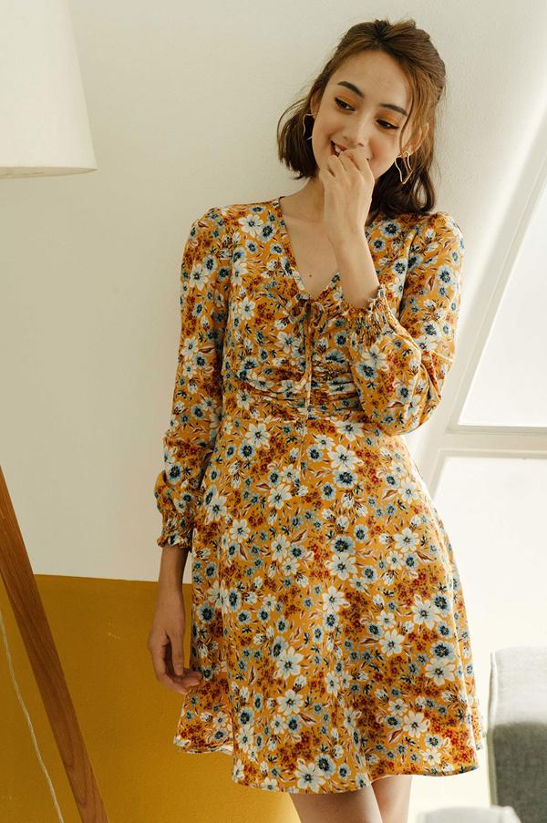 Chiếc váy hoạ tiết hoa bắt mắtsẽ là items không thể thiếu trong tủ quần áo của các cô nàng mùa thu đông. Những ngày se lạnh, bạn có thể khoác ngoài một chiếc áo mỏng nhẹ, hợp thời trang.