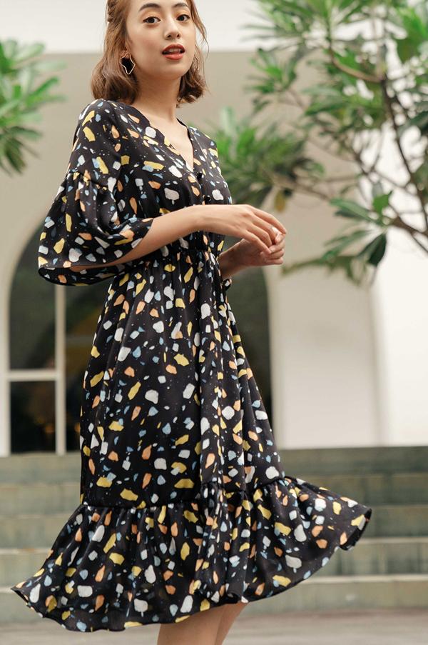 Chất liệu vải mềm mại cùng kiểu may thướt tha sẽ chinh phục những cô nàng theo đuổi phong cách nữ tính, dịu dàng.