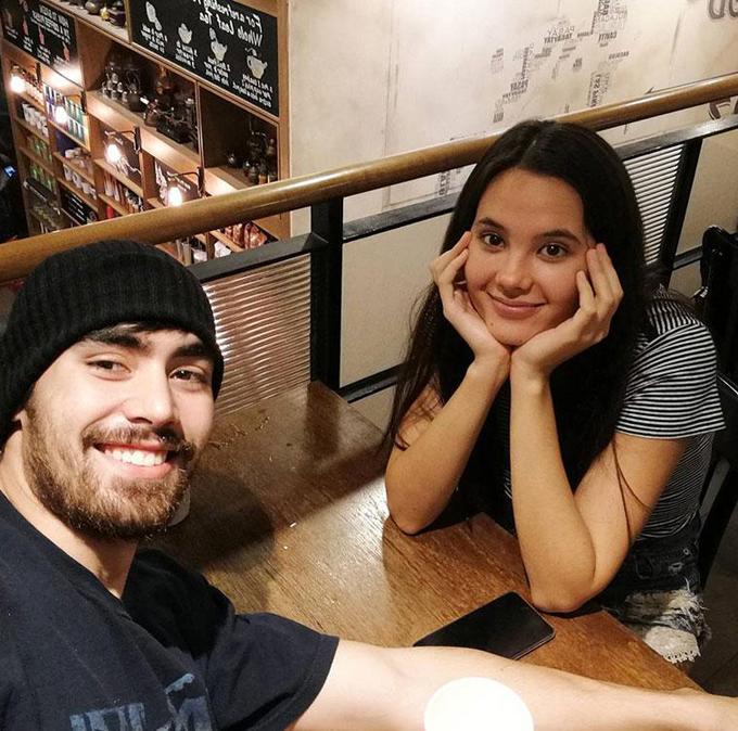 Cặp sao mặc giản dị, hẹn hò đi uống cafe.