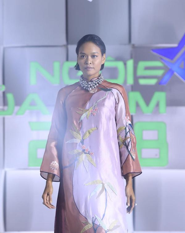 Bên cạnh dàn mẫu trẻ, người mẫu Lâm Thu Hằng vẫn thể hiện được phong độ của một siêu mẫu trên sàn catwalk.