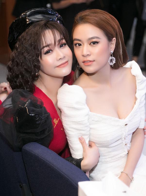 Ca sĩ Hoàng Thùy Linh tới chung vui với đàn chị.