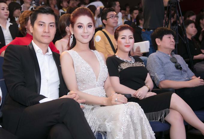 Vợ chồng Lâm Khánh Chi ủng hộ Nhật Kim Anh kinh doanh mỹ phẩm sạch.
