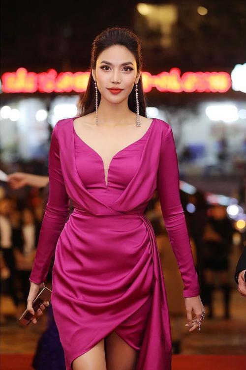 Lan Khuê cuốn hút trongchiếc đầm màu hồng nổi bật khi làm giám khảo một cuộc thi người mẫu.