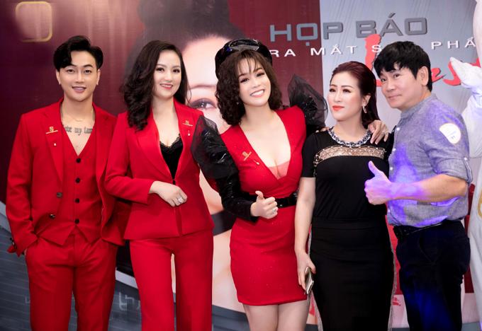 Vợ chồng nghệ sĩ hài Kiều Linh - Mai Sơn (phải) chụp ảnh cùng Nhật Kim Anh và những người người bạn.