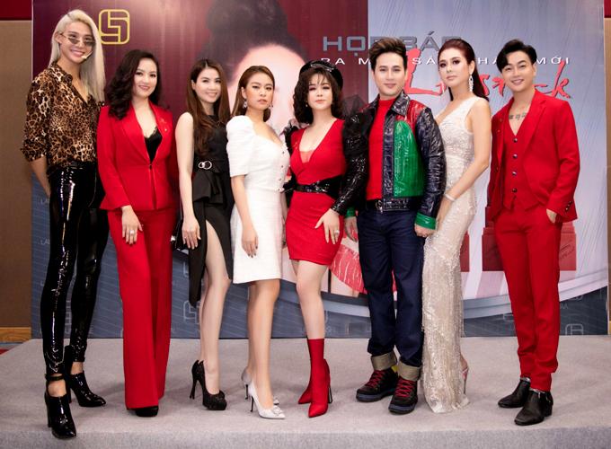 Người mẫu Mid Nguyễn (ngoài cùng bên trái), diễn viên Kha Ly (váy đen) cũng tham dự sự kiện này.