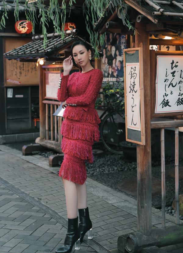 Paris Vũ vừa có chuyến đi Nhật công tác kết dạo chơi, thực hiện bộ ảnh mới. Cô khoe vẻ điệu đà, nữ tính với những bộ váy tua rua.