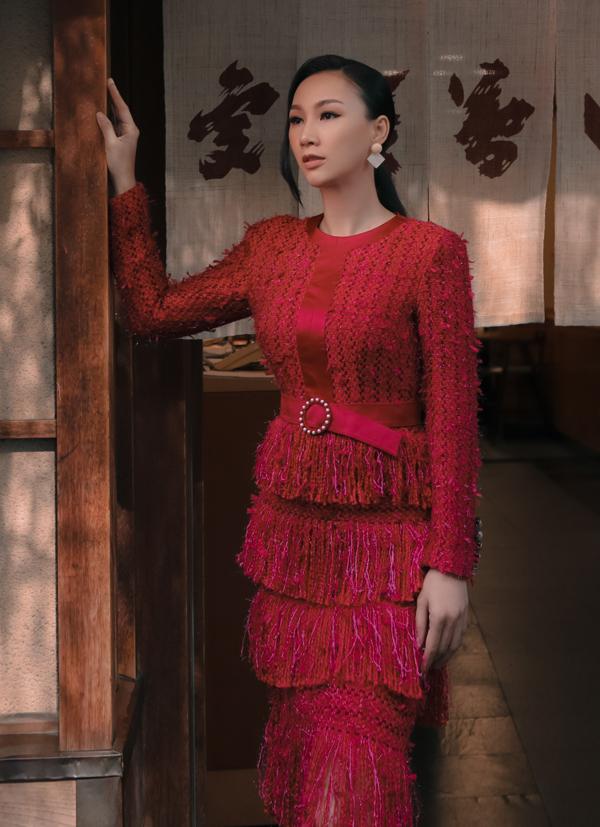 Gam màu đỏ đặc biệt phù hợp mặc trong dịp lễ hội cuối năm. Chất liệu len ấm áp là lựa chọn tối ưu với thời tiết mùa thu đông se lạnh.