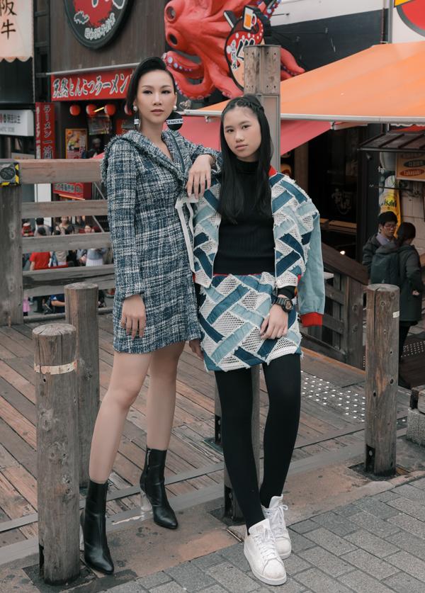 Con gái của hoa hậu đi Nhật chơi cùng mẹ. Cô bé 12 tuổi đang học lớp đào tạo người mẫu nhí để nối nghiệp mẹ.