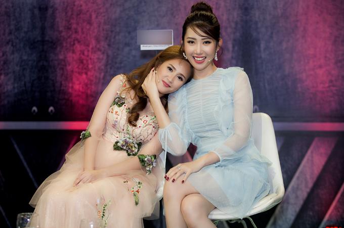 Thúy Ngân và Phương Hằng đang đóng vai chị em ruột trong phim Gạo nếp gạo tẻ nên ngoài đời họ rất thân nhau.
