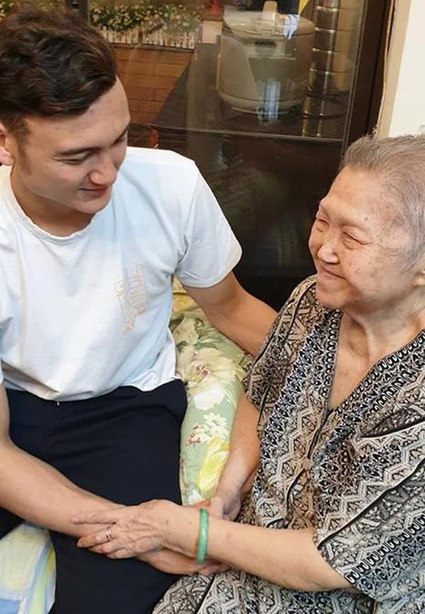 Anh ân cần nắm tay, hỏi thăm sức khỏe và trò chuyện cùng bà nội.