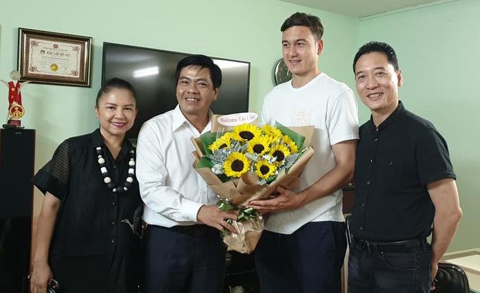 Trước khi ra sân bay về Hà Nội, Văn Lâm được vợ chồng nghệ sĩ Đặng Hùng - Vương Linh đưa tới thăm Nhà hát ca múa nhạc dân tộc Bông Sen, giao lưu với các diễn viên, học trò của hai bác.