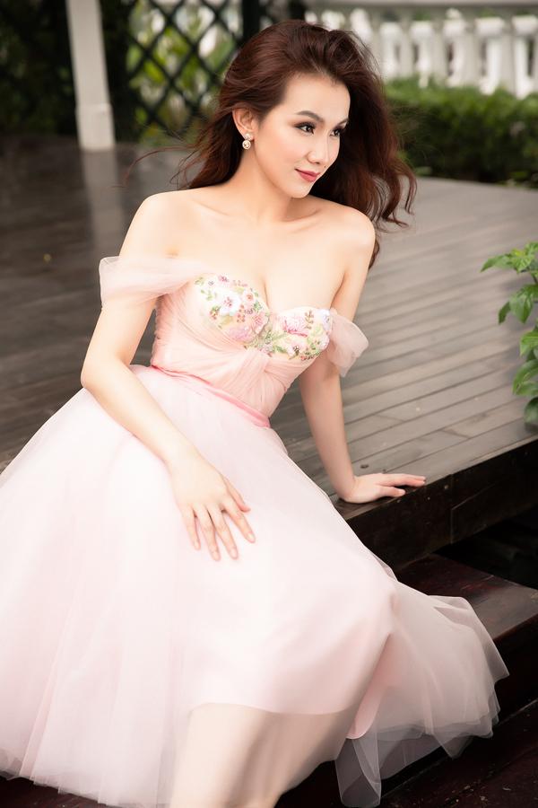 Những mẫu váy đi tiệc, kết cấu trễ vai giúp người đẹp khoe trọn nét mảnh mai và nuột nà.