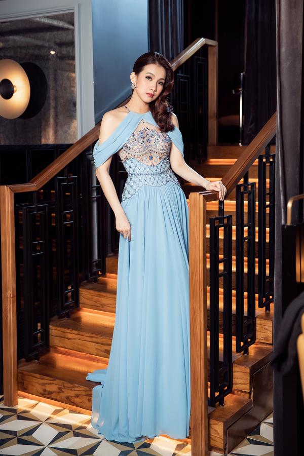 Lê Thanh Hòa đã biến hóa ba màu chủ đạo là trắng, hồng, xanh nổi bậttrên chất liệu vải cao cấp trong bộ sưu tập dành cho mùa lễ hội năm nay.