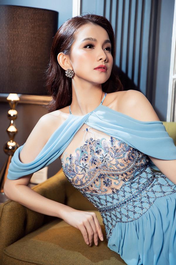 Nhà mốt Việt tận dụng nhữngđường cắt, nếp gấp uyển chuyển để khiếnnhững chiếc đầm mang lại cảm giác thanh thoát, tôn vẻ đẹp ngọt ngào cho hoa hậu Thùy Lâm.