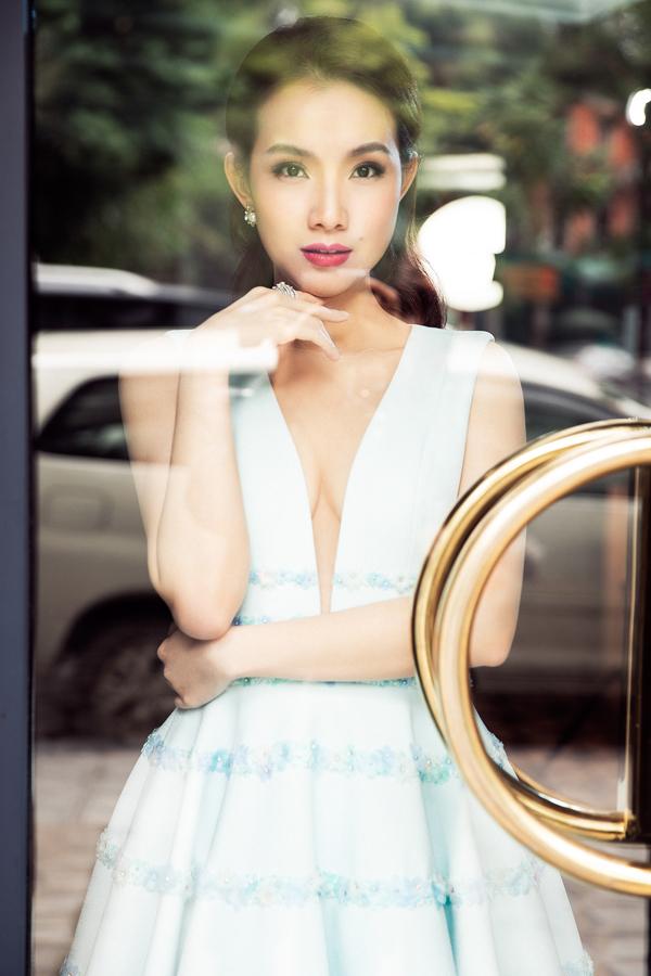 Người đẹp chọn kiểu tóc uốn gợn nữ tính và lối trang điểm nhẹ nhàng, hài hòa với những bộ trang phục.