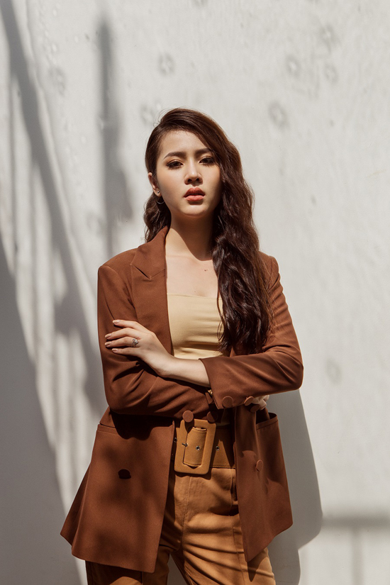 Các mẫu trang phục blazer, quần lưng cao, chân váy xẻ, áo choàng hay suit đều dễ dàng áp dụng cho các nàng công sở.