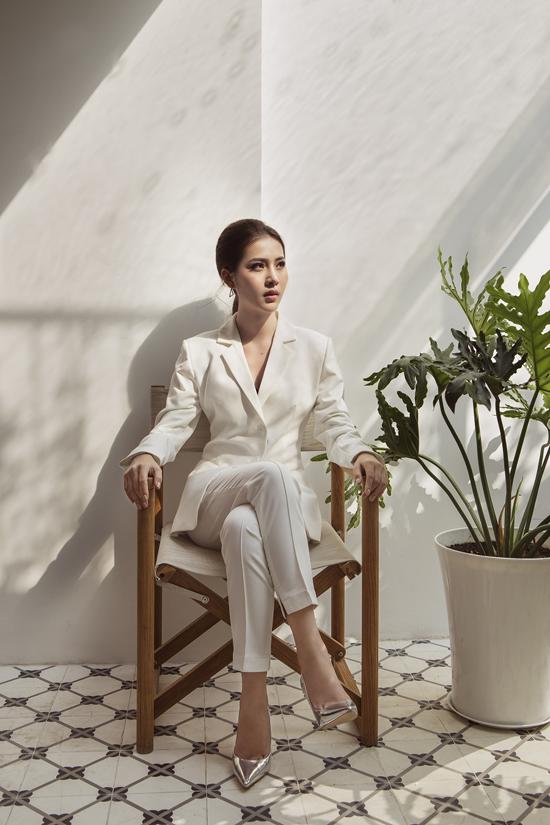 Suit đơn sắc với cách tạo phom tôn đường cong và xây dựng hình ảnh năng động, hiện đại cũng được chọn lựa để thực hiện bộ ảnh.