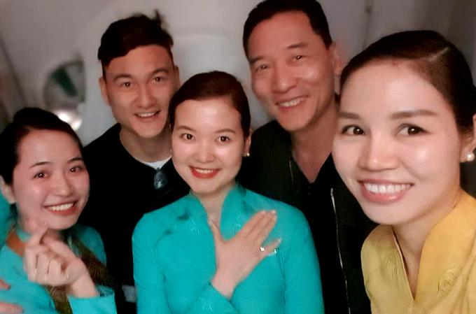 Trên máy bay, các tiếp viên hàng không cũng tranh thủ bày tỏ tình cảm và xin chụp ảnh cùng Đặng Văn Lâm.
