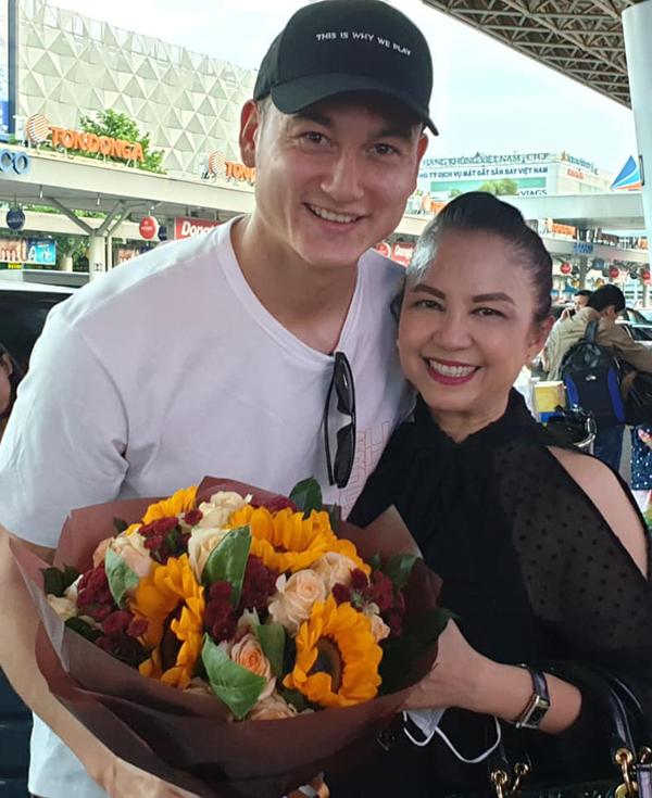 Văn Lâm rạng rỡ bên bác dâu - nghệ sĩ Vương Linh ở sân bay.