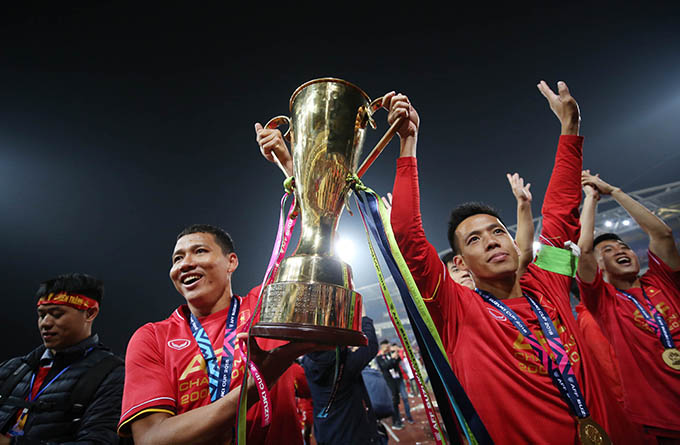 Anh Đức và Văn Quyết nâng Cup chia vui cùng CĐV sau trận chung kết lượt về AFF Cup 2018. Ảnh: Đức Đồng.
