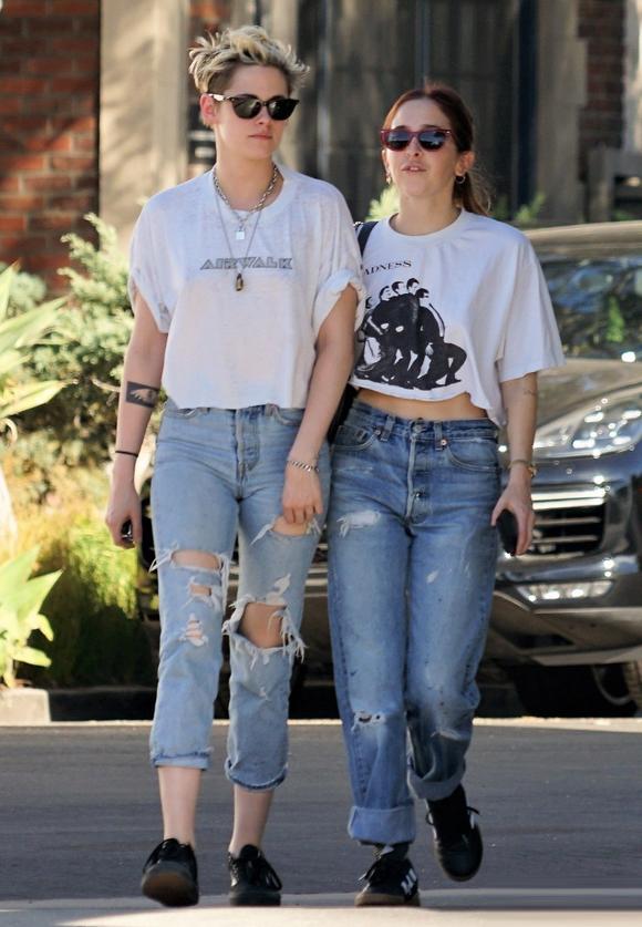 Hai cô gái thay bộ khác nhưng vẫn ton sur ton với nhau.