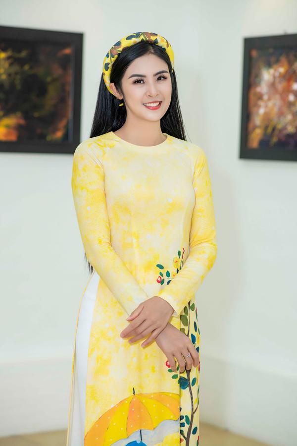 Hoa hậu Ngọc Hân diện áo dài vàng rực do cô tự thiết kế.