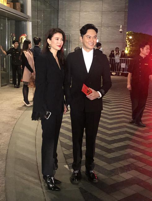 Rất nhiều nghệ sĩ Hong Kong dự đám cưới cặp đôi, trong đó có vợ chồng Trương Trí Lâm, Viên Vịnh Nghi.