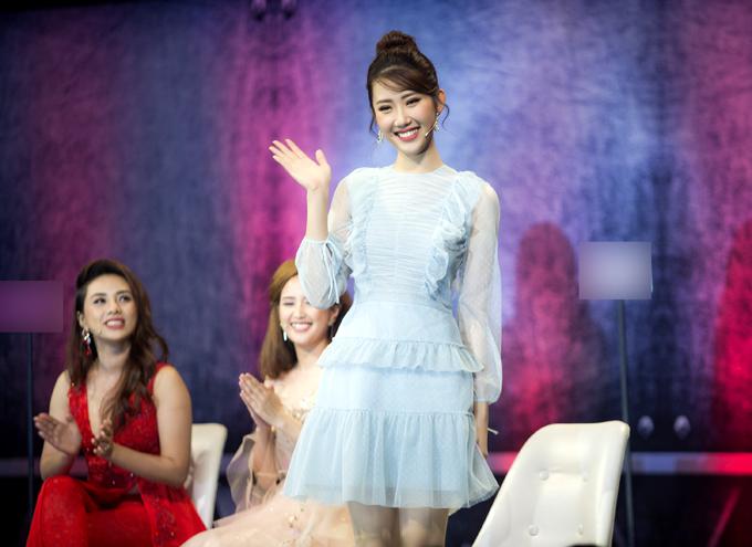 Hân hoa hậu mặc váy xếp tầng màu xanh pastel, khoe vẻ xinh tươi, điệu đà. Cô được nhiều người khen ngợi về gu thời trang tinh tế.