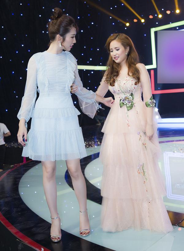 Phương Hằng gặp khó khăn khi mặc váy dài quét đất, mang giày cao gót. Cô phải bám vào Thúy Ngân khi lên và xuống sân khấu.