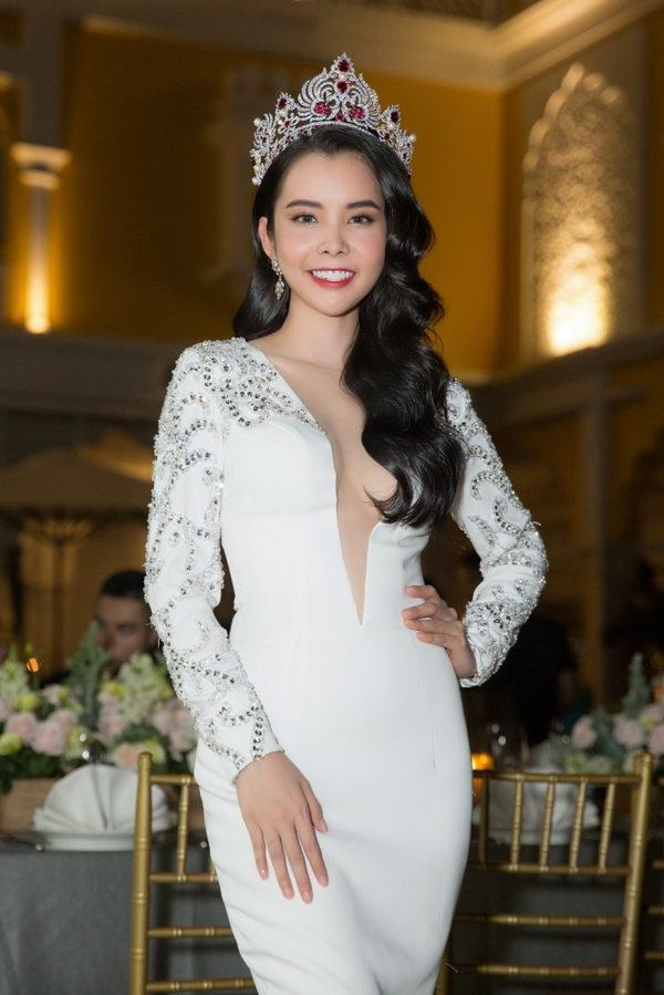 Hoa hậu Huỳnh Vy diện váy xẻ ngực lấn át Khánh Phương - ảnh 1