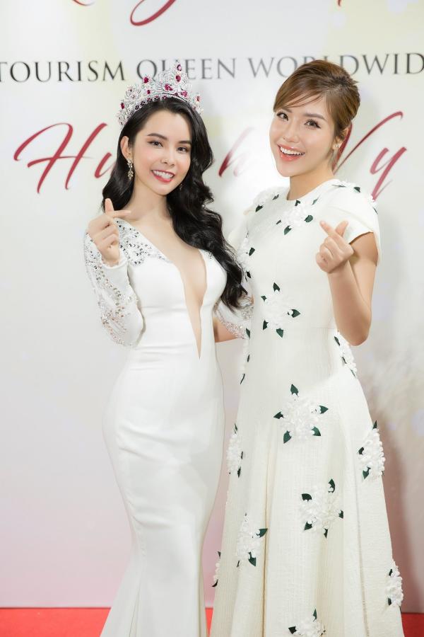 Hoa hậu Huỳnh Vy diện váy xẻ ngực lấn át Khánh Phương - ảnh 2