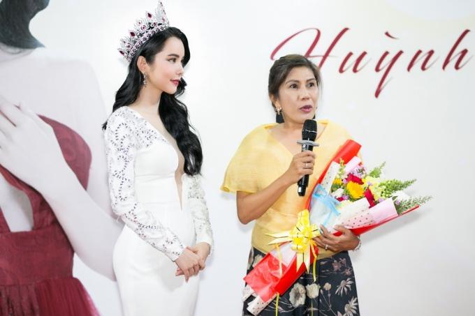 Hoa hậu Huỳnh Vy diện váy xẻ ngực lấn át Khánh Phương - ảnh 4