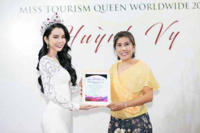 Hoa hậu Huỳnh Vy diện váy xẻ ngực lấn át Khánh Phương - ảnh 5