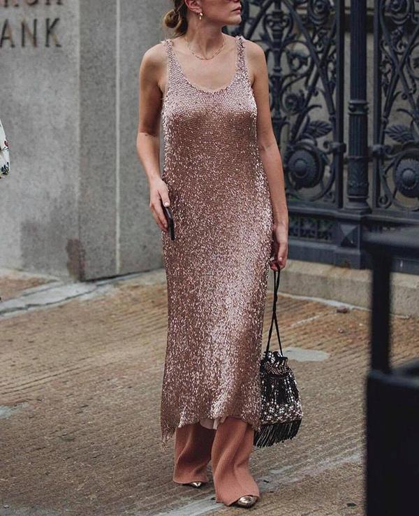 Trang phục thiết kế bằng vải lấp lánh được hàng loạt tín đồ thời trang chọn lựa để mix đồ dạo phố.
