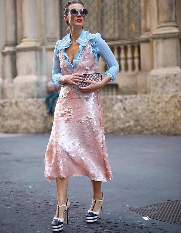 Các kiểu vải lóng lánh, có độ bắt sáng cao trở lại và khuấy đảo trào lưu ăn mặc ở cuối năm 2018.