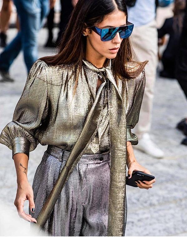 Những mẫu sơ mi, blouse hay áo sát nách trở nên bắt mắt hơn bởi tông màu và chất liệu thịnh hành.
