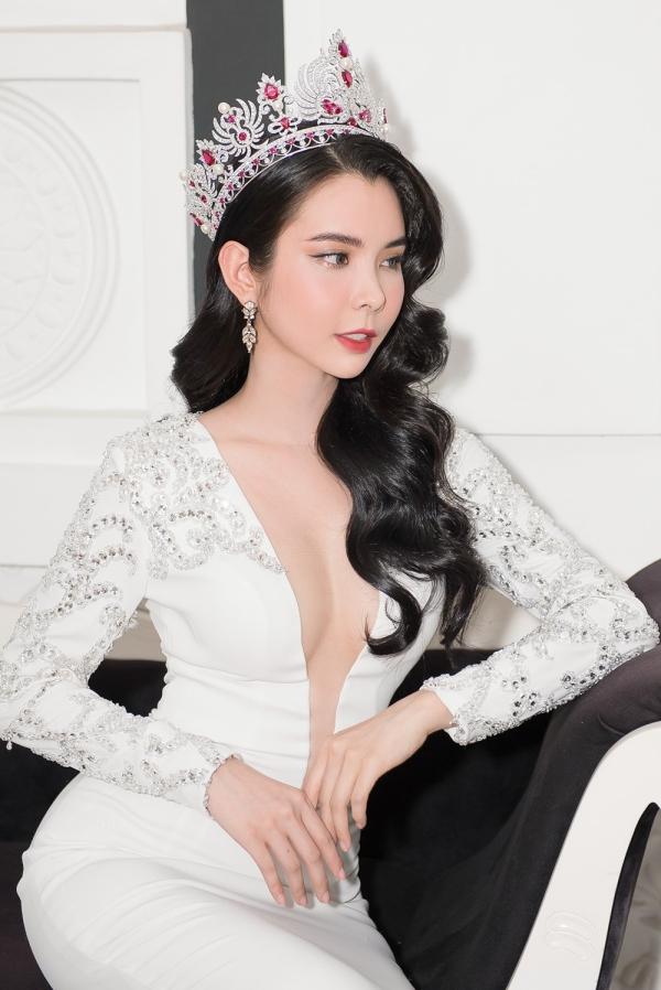 Hoa hậu Huỳnh Vy diện váy xẻ ngực lấn át Khánh Phương - ảnh 7