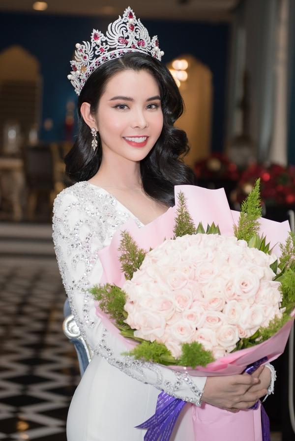 Hoa hậu Huỳnh Vy diện váy xẻ ngực lấn át Khánh Phương - ảnh 8